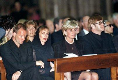 In der ersten Reihe sitzen (l-r) Popstar Sting, seine Frau Trudy, Prinzessin Diana und Popstar Elton John am 22.7.1997 während des Trauergottesdienstes für den vor einer Woche in Miami ermordeten Modedesigner Gianni Versace im Mailänder Dom. Unter den Tausenden von Trauergästen waren neben Prinzessin Diana und Elton John auch Sting, das Star-Model Naomi Campbell und viele Modedesigner. Auf dem Domplatz versammelten sich unzählige Menschen, um Versace die letzte Ehre zu erweisen. Elton John brach vor der Urne mit der Asche seines Freundes in Tränen aus. Naomi Campbell betrat tränenüberströmt den Dom. Diana, die in einem Privatjet Elton Johns angereist war, verharrte eine halbe Stunde an der Urne. Für Versace war sie eine Freundin und Muse.